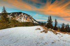 La puesta del sol y el invierno majestuosos ajardinan, Cárpatos, Rumania, Europa Imagenes de archivo