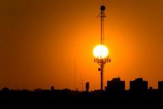 La puesta del sol y la antena Imagen de archivo