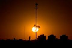 La puesta del sol y la antena Fotos de archivo