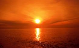 La puesta del sol y los efectos luminosos sobre el mar emergen imágenes de archivo libres de regalías