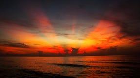 La puesta del sol y los efectos luminosos sobre el mar emergen fotografía de archivo libre de regalías