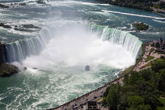 La puissance étonnante des chutes du Niagara du côté canadien image stock