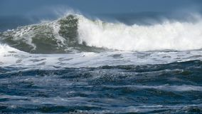 La puissance crue de se briser de vagues Photos stock