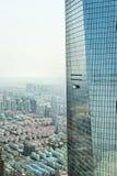 Pulizia di finestra a Schang-Hai immagini stock libere da diritti