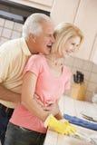 la pulizia servisce la moglie del marito fotografie stock libere da diritti