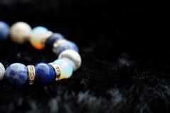 La pulsera afortunada de la piedra de la fortuna del tono azul y blanco del color incluye que lapislázuli, Sodalite, Howlite y Mo Imágenes de archivo libres de regalías