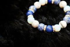 La pulsera afortunada de la piedra de la fortuna del tono azul y blanco del color incluye que lapislázuli, Sodalite, Howlite y Mo Fotografía de archivo libre de regalías