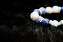 La pulsera afortunada de la piedra de la fortuna del tono azul y blanco del color incluye que lapislázuli, Sodalite, Howlite y Mo Foto de archivo