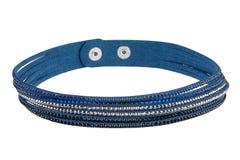 La pulsera azul ajustable de la materia textil con tres tipos de piedras preciosas, aislados en el fondo blanco, trayectoria de r foto de archivo