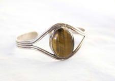 La pulsera de las mujeres con la piedra del ojo del tigre Imágenes de archivo libres de regalías
