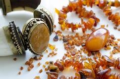 La pulsera del vintage mujer hecha de la marfil y adornada con la calcedonia al lado del ámbar Fotografía de archivo