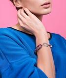 La pulsera en la muñeca de una mujer joven Accesorios hechos a mano Foto de archivo libre de regalías