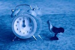 La punta del reloj de alarma en el 12:00 saca Fotografía de archivo