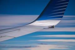 La punta dell'ala dell'aereo contro il cielo blu Shevelev immagine stock libera da diritti