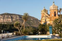 La pureza del cuerpo y del alma - piscina e iglesia en Sant 'Agnello cerca de Sorrento en la costa de Amalfi imagen de archivo
