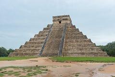 La pyramide de Kukulkan en parc archéologique de Chichen Itza, Mexique Photographie stock libre de droits