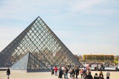 La pyramide de Louvre à Paris Image libre de droits