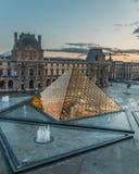 La pyramide de Paris France de musée de Louvre a illuminé le susnet photos stock