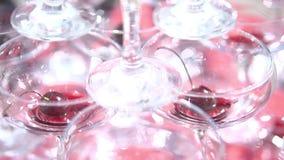 La pyramide des verres, à l'intérieur de chaque verre est une cerise banque de vidéos
