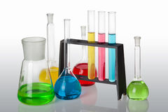 La química fijó con los tubos de ensayo, los frascos y el cubilete Fotos de archivo