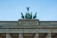 La quadriga del dettaglio sulla porta di Brandeburgo (tor di Brandenburger) è un monumento architettonico nel cuore del distretto Fotografie Stock