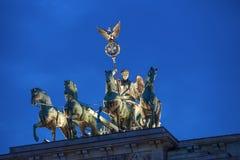 La quadriga della porta di Brandeburgo alla notte Immagini Stock Libere da Diritti