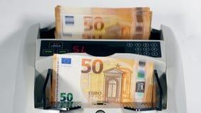 La quantità di euro fatture sta ottenendo calcolata automaticamente stock footage