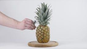 La quantité de calories en ananas, la main masculine met un plat avec le nombre de calories sur un ananas, nutrition saine clips vidéos