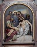 la quattordicesima via Crucis, Gesù è risieduta nella tomba ed è coperta nell'incenso fotografie stock libere da diritti
