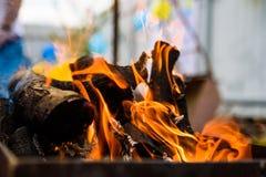 La quema abre una sesión el brasero en la luz del día imágenes de archivo libres de regalías