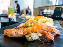 La quemadura del camarón del sushi el sushi de color salmón de la gamba y de Aburi de río de Aburi del fuego con la salsa y Tamag imagen de archivo libre de regalías