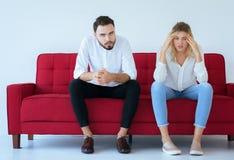 La querelle d'homme avec le conflit de femme et les couples ennuyeux à la maison, des émotions négatives, copient l'espace pour l photographie stock