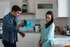 La querelle d'un jeune a marié des couples à l'intérieur de la cuisine, problèmes de ménage photos stock