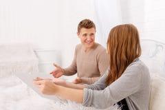 La querelle d'un type et d'une fille Un jeune couple jure Le concept des querelles dans les familles Image libre de droits