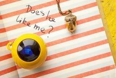 La question d'amour de journal intime de jeune fille et une boule magique jouent la réponse oui Photo libre de droits