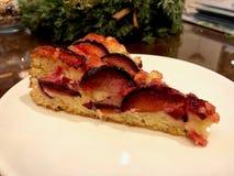 La quetsche Plum Cake Tart a servi au café photo stock