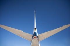 La queue d'un avion énorme sur un ciel bleu Images stock