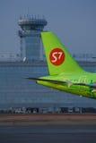 La queue de vp-BTX des lignes aériennes s7 d'Airbus 319 Image stock