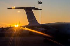 La queue des avions sur le fond du Soleil Levant Photo stock