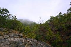 La quimera, las rocas ardientes es ot notable del punto el rastro de la manera de Lycian cerca de Cirali, Antaly imagenes de archivo