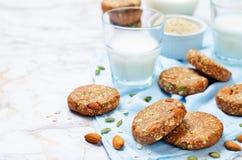 La quinoa fecha avena las semillas de calabaza; galletas del desayuno de la almendra imagen de archivo