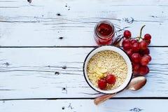 La quinoa forma escamas para el desayuno Fotos de archivo libres de regalías