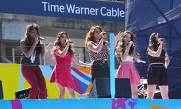 La quinta armonía del grupo americano de la muchacha se realiza en Arthur Ashe Kids Day 2013 en Billie Jean King National Tennis C Foto de archivo