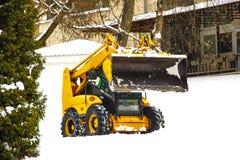 La quitanieves limpia el camino de nieve Invierno foto de archivo