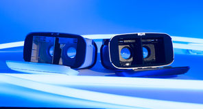 La réalité virtuelle de VR google les lampes au néon bleues Image stock