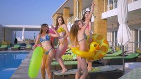 La réception au bord de la piscine, société de belles filles dans des maillots de bain dansent sexuellement avec le caoutchouc po clips vidéos