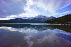 La réflexion au lac pyramid, jaspe, Alberta, Canada Photographie stock libre de droits