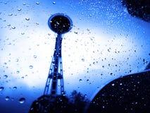 La réflexion d'aiguille de l'espace avec de l'eau laisse tomber le jour pluvieux Photographie stock libre de droits