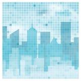 La réflexion d'horizon de ville contre la mosaïque a couvert de tuiles le ciel nuageux Image stock