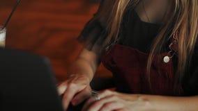 La réflexion de femme d'affaires des yeux d'Internet focalisée par verres d'ordinateur portable de la femme travaillante légère d clips vidéos